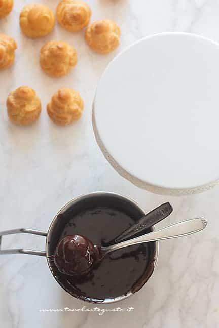 copertura profitterol con glassa al cioccolato - Ricetta Profitterol
