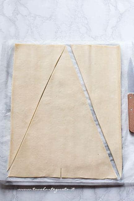 dare la forma a triangolo alla pasta sfoglia - Ricetta Maxi Cornetto alla nutella