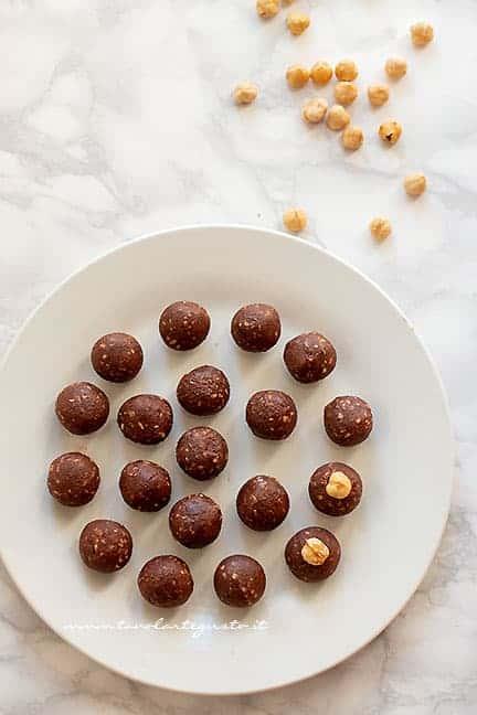 formare le palline e aggiungere nocciola - Ricetta Baci Perugina