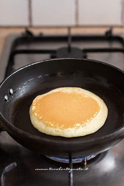 girare i pancake in padella -Ricetta Pancake