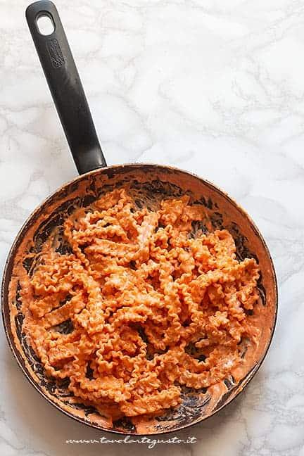 mantecare la pasta con sugo e ricotta - Ricetta Manfredi con la ricotta