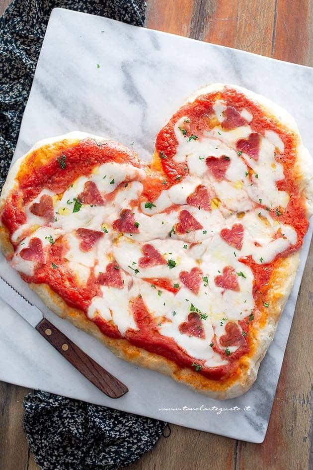 Pizza a Forma di Cuore (come Fare la Pizza a Cuore) Ricetta Facilissima