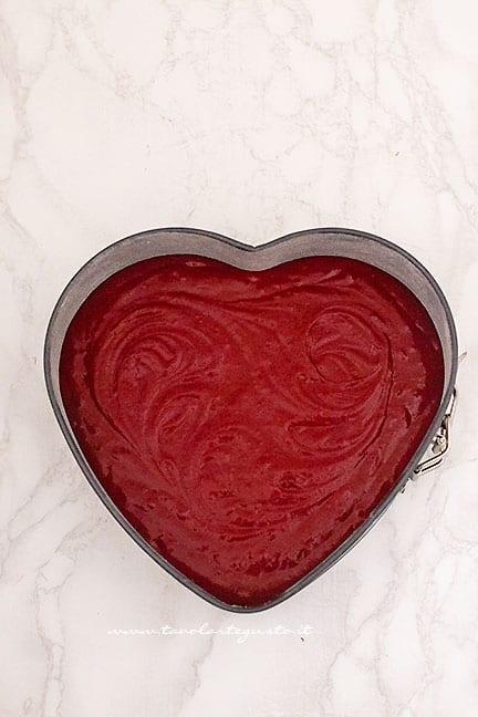 versare impasto nello stampo a forma di cuore - Ricetta Cuore Red Velvet