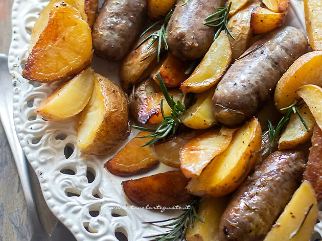 Salsiccia e patate al forno - Ricetta salsiccia e patate-