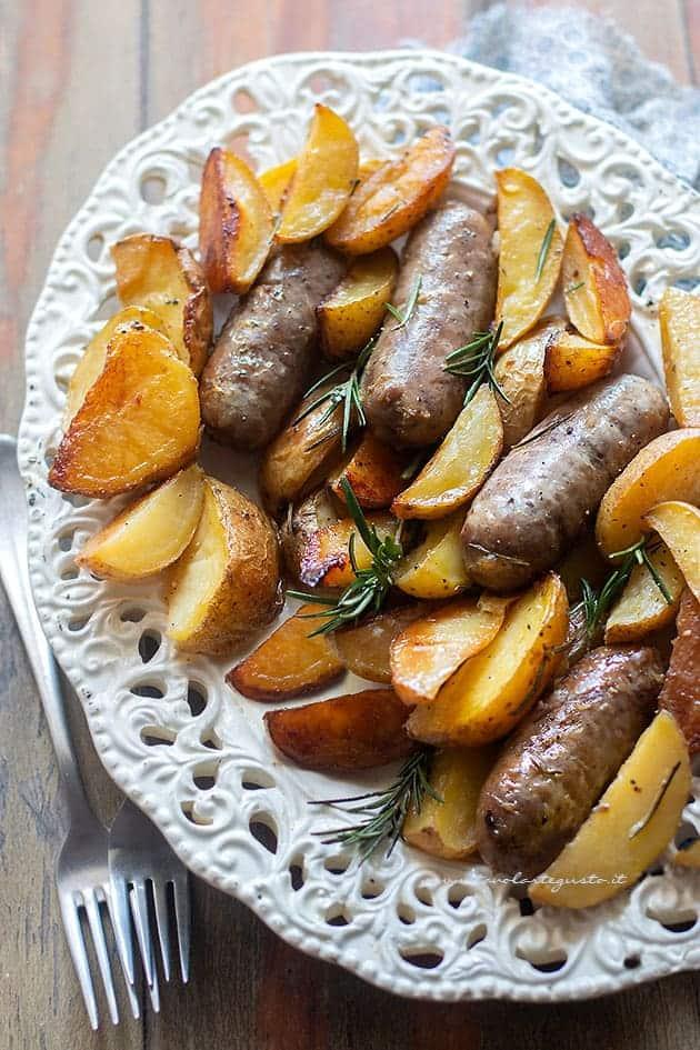 Salsiccia e patate al forno - Ricetta salsiccia e patate