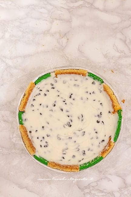 aggiungere il ripieno di crema di ricotta e gocce di cioccolato - Ricetta Cassata siciliana