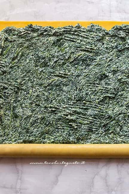 arrotolare la sfoglia di lasagna farcita - Ricetta Girelle di lasagne