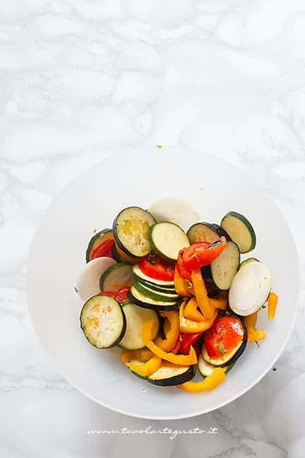 insaporire le verdure con erbe armoatiche - Ricetta Ratatouille