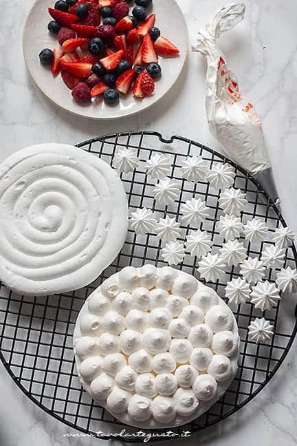 Farcire con panna montata e frutta - Ricetta Torta Meringata