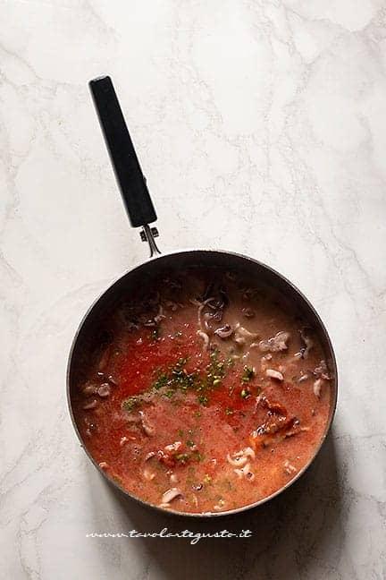 aggiungere il pomodoro - Pasta con calamari