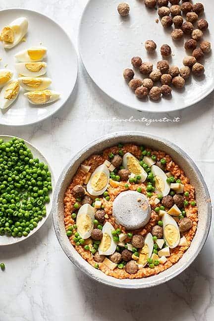 aggiungere piselli, uova sode, polpettine- Ricetta Sartù di riso