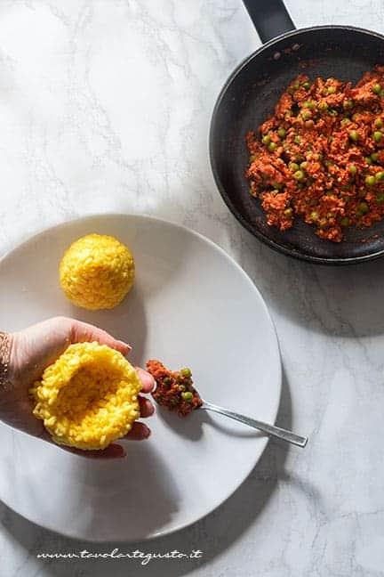 formare gli arancini - Ricetta Arancini di riso