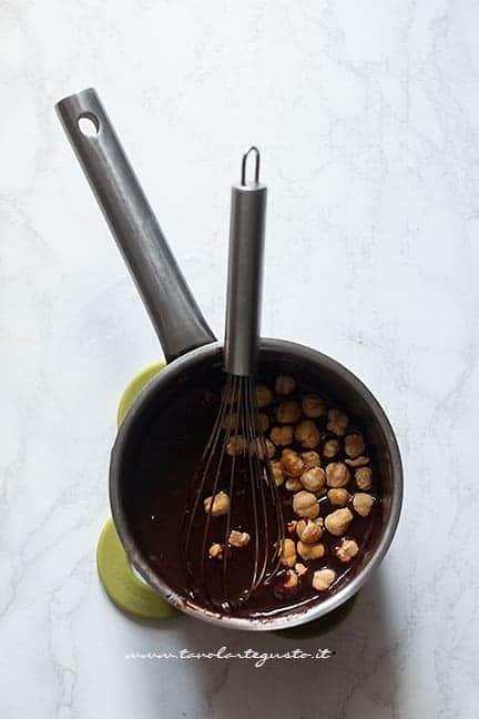 mescolare le nocciole alla ganache al cioccolato - Ricetta Crostata con ovetti di pasqua al cioccolato
