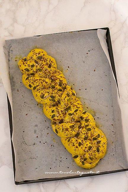 pennellare con uovo e semi -Ricetta Treccia salata