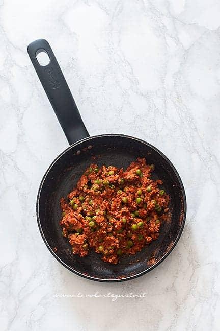 ragù di carne e piselli per arancini - Ricetta Arancini di riso