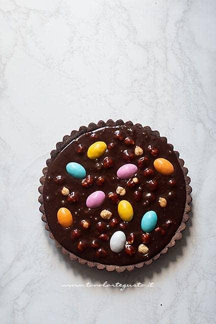 versare il ripieno al cioccolato e ovetti nel guscio -Ricetta Crostata con ovetti di pasqua al cioccolato