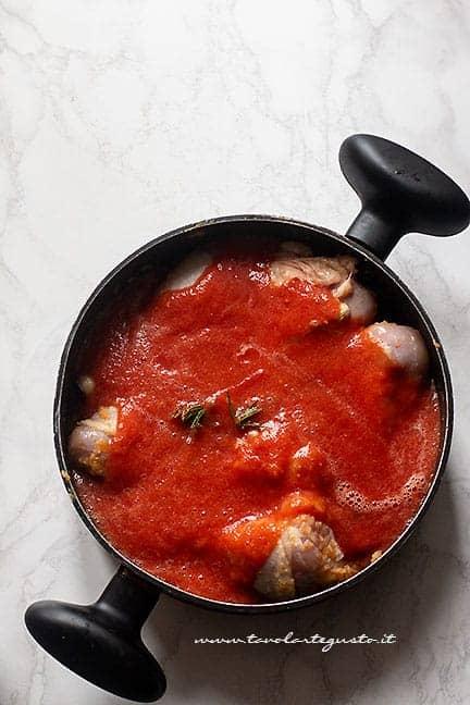 Aggiungere il pomodoro - Ricetta Pollo alla cacciatora