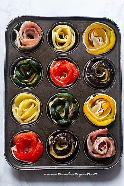Cuocere le rose di pasta sfoglia nello stampo da muffin - Ricetta Rose di pasta sfoglia salate
