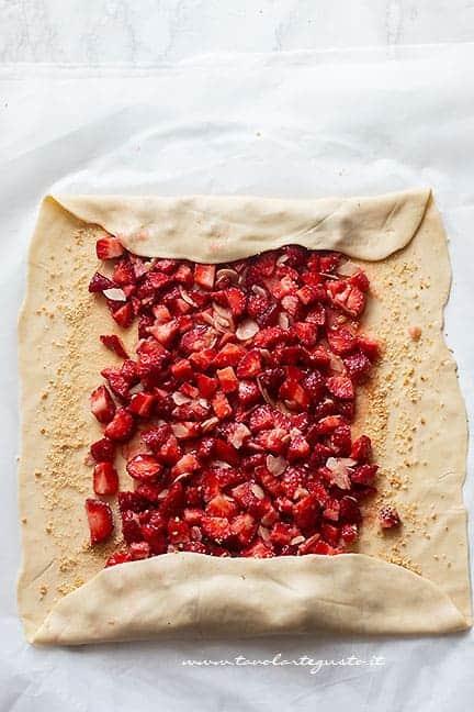 aggiungere il ripieno di fragole - Ricetta Strudel di fragole