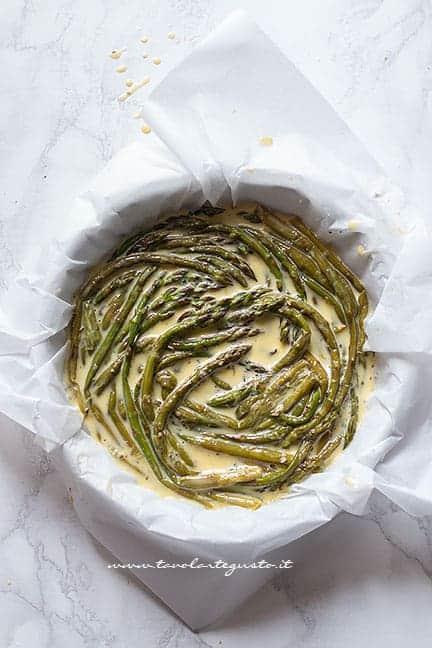 aggiungere le uova sugli asparagi -Ricetta Frittata di asparagi