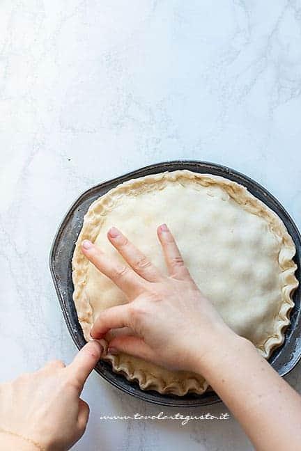 chiudere e fare lo smerlo della pie - Ricetta Cherry pie