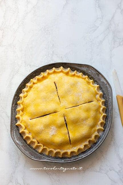 pennellare con tuorlo e aggiungere lo zucchero - Ricetta Cherry pie