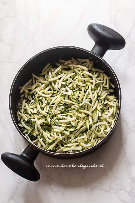 preparare il condimento di pasta con le zucchine - Ricetta pasta con zucchine