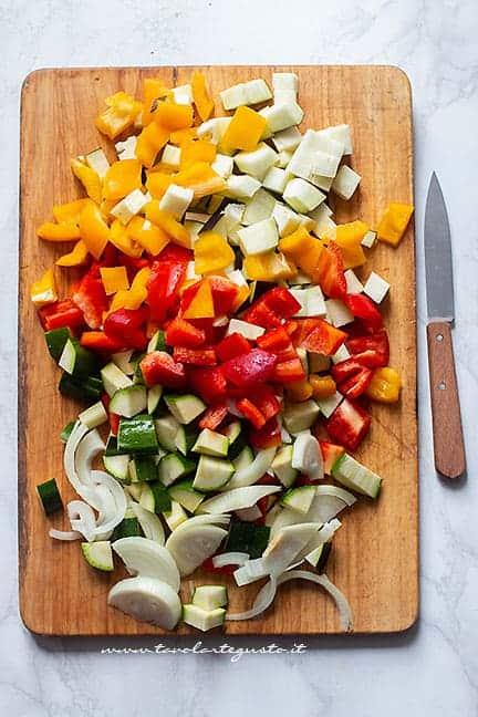 tagliare le verdure a pezzettini - Ricetta Verdure in agrodolce