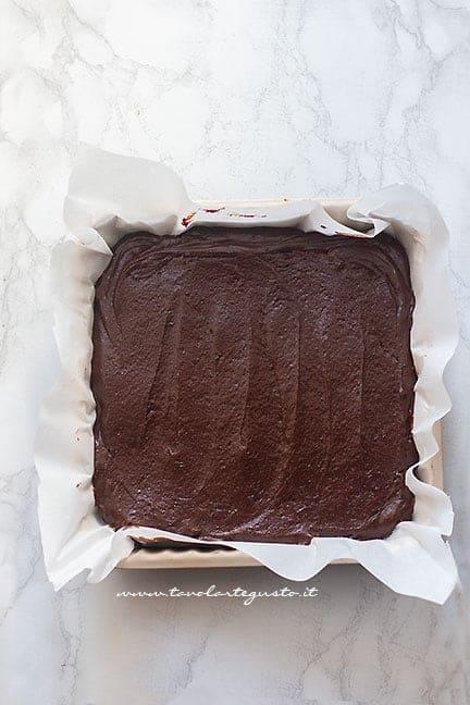 versare in teglia l'impasto Brownies -Ricetta Brownies
