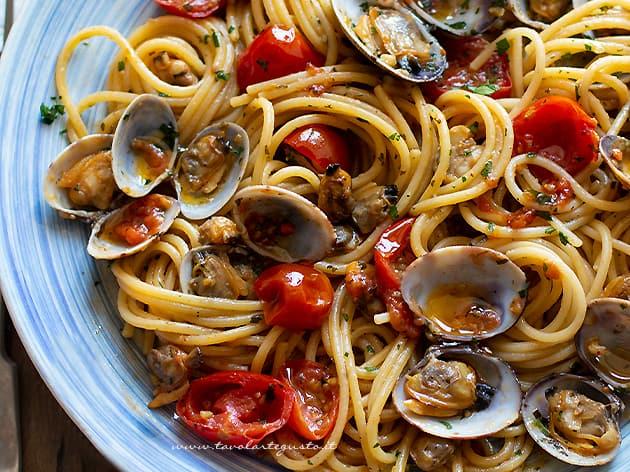 Spaghetti alle vongole e pomodorini - Ricetta Spaghetti con vongole e pomodorini-