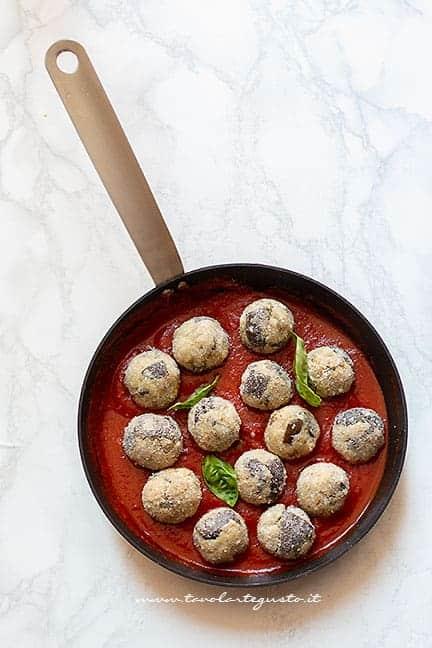 aggiungere le polpette al sugo di pomodoro - Ricetta Polpette di melanzane al sugo