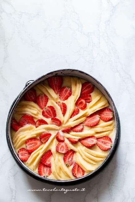alternare le fragole e le mele sulla torta - Ricetta Torta di mele e fragole