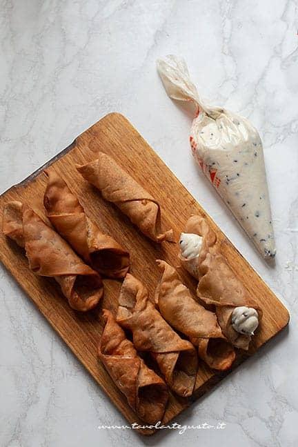 cannoli ripieni di crema di ricotta -Ricetta Cannoli siciliani