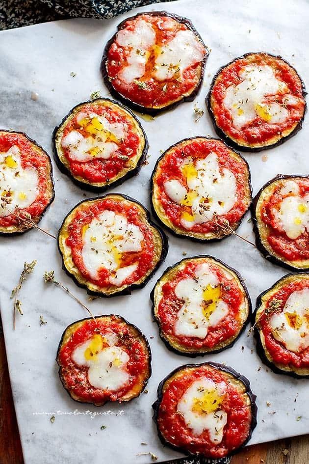 pizzette di melanzane - Ricetta Pizzette di melanzane al forno