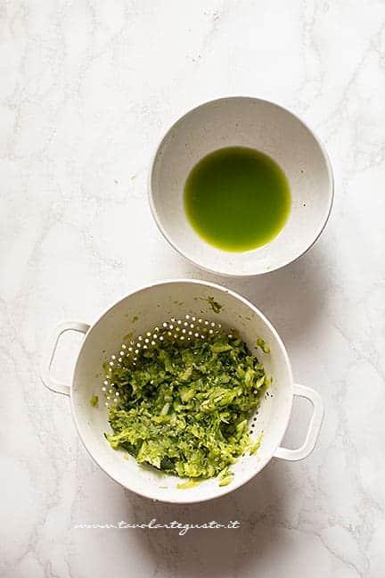 sgocciolare le zucchine grattugiate - Ricetta pesto di zucchine