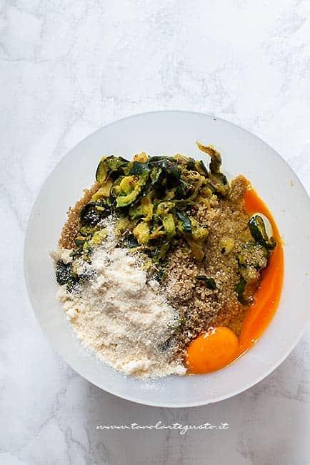 unire quinoa, zucchine, formaggio - Ricetta Polpette di quinoa