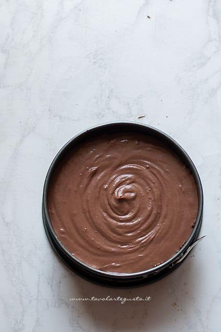 Aggiungere la farcia nella Cheesecake fredda - Ricetta Cheesecake al cioccolato