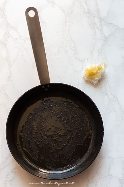 imburrare la padella - Ricetta Omelette