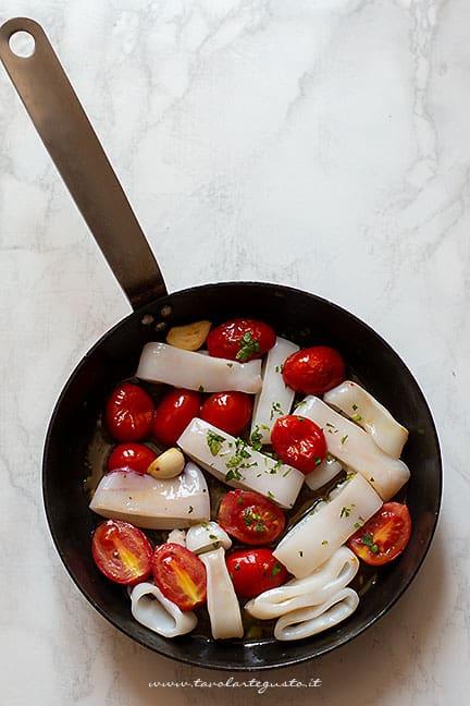 preparare il sugo di calamari e pomodorini - Ricetta Calamarata