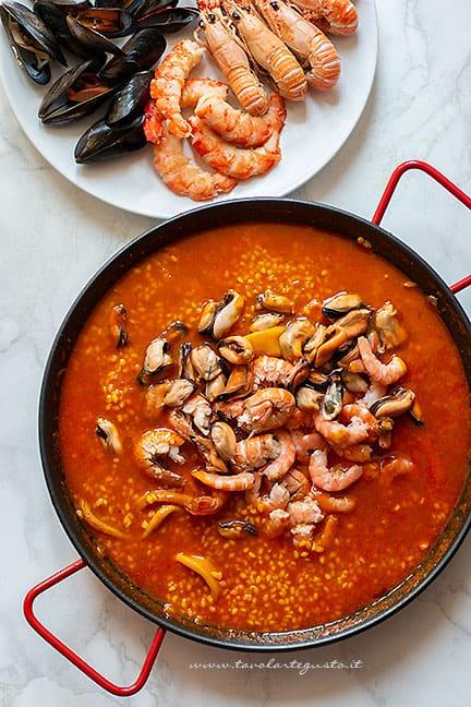 Aggiungere molluschi - Ricetta Paella