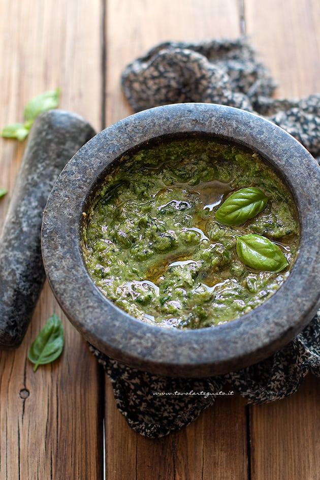 Pesto alla genovese - Ricetta originale pesto fatto in casa alla genovese