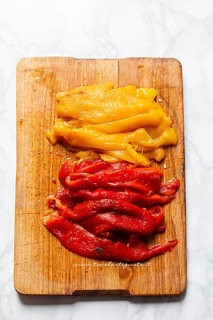 Tagliare i peperoni e condire - Ricetta Peperoni al forno
