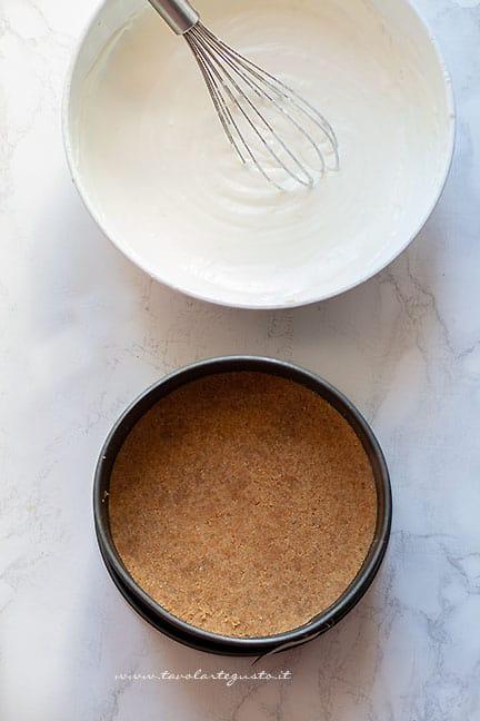 Versare la crema allo yogurt su base di biscotti - Torta fredda al limone