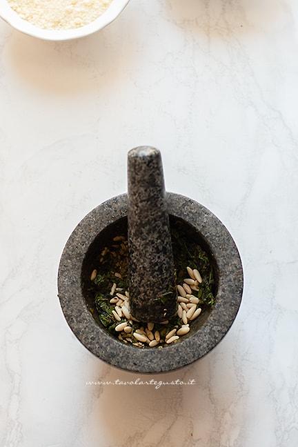 aggiungere i pinoli -Ricetta Pesto alla genovese