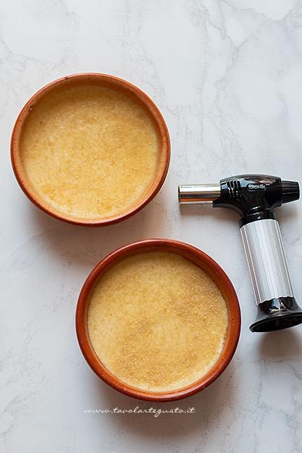 caramellare lo zucchero in superficie - Ricetta crema catalana