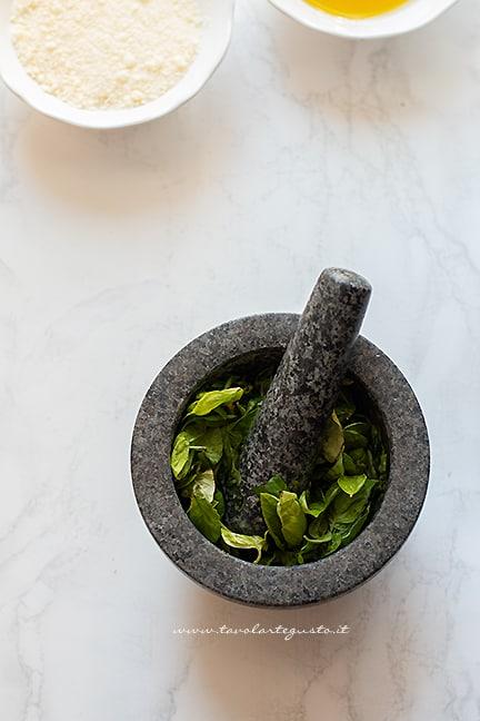 pestare il basilico nel mortaio - Ricetta Pesto alla genovese