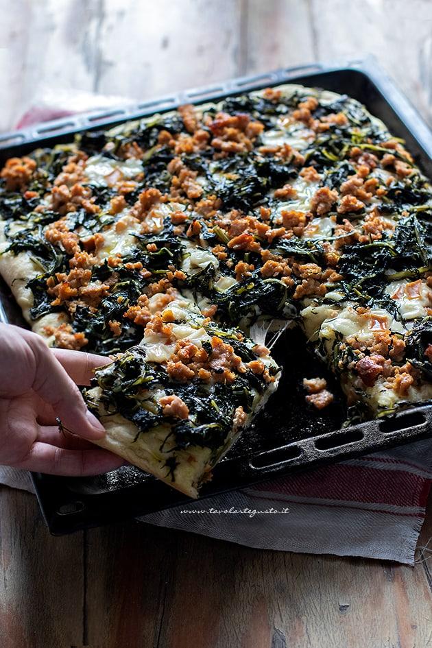 Pizza con cicoria - Ricetta Pizza con cicoria e salsiccia