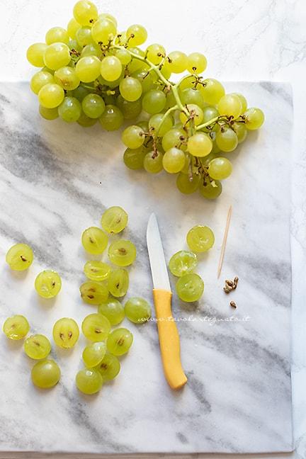 dividere a metà di acini di uva - Ricetta Crostata di uva