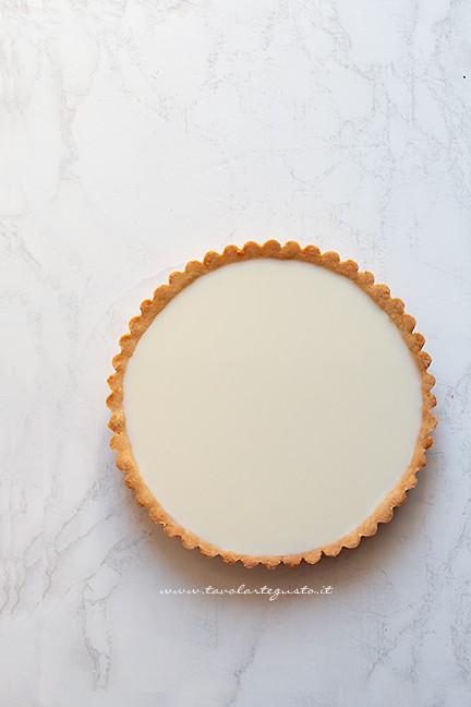 versare la panna cotta nel guscio di frolla - Ricetta Crostata con panna cotta