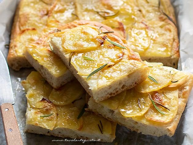 Focaccia con patate - ricetta con le patate sopra